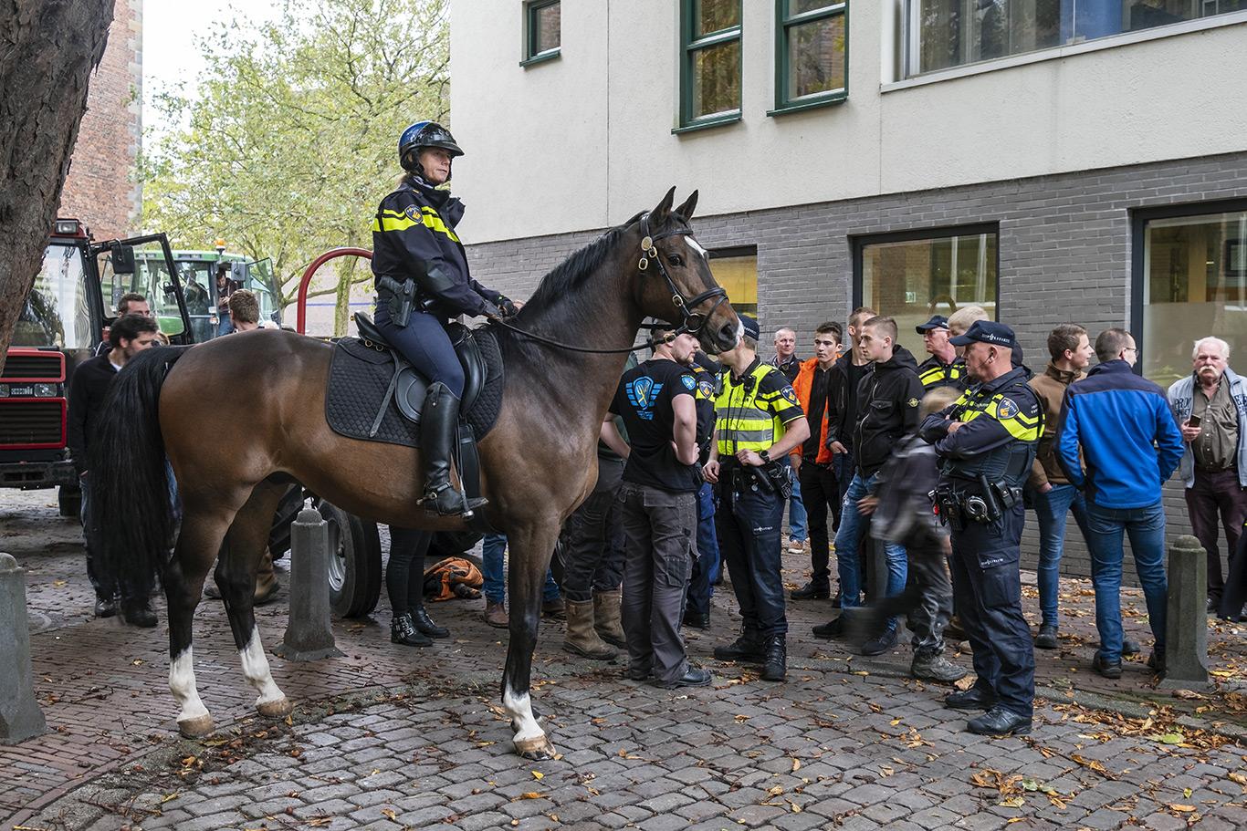Bereden politie verzorgt paard op de Grote Markt tijdens het boerenprotest op 14 Oktober 2019