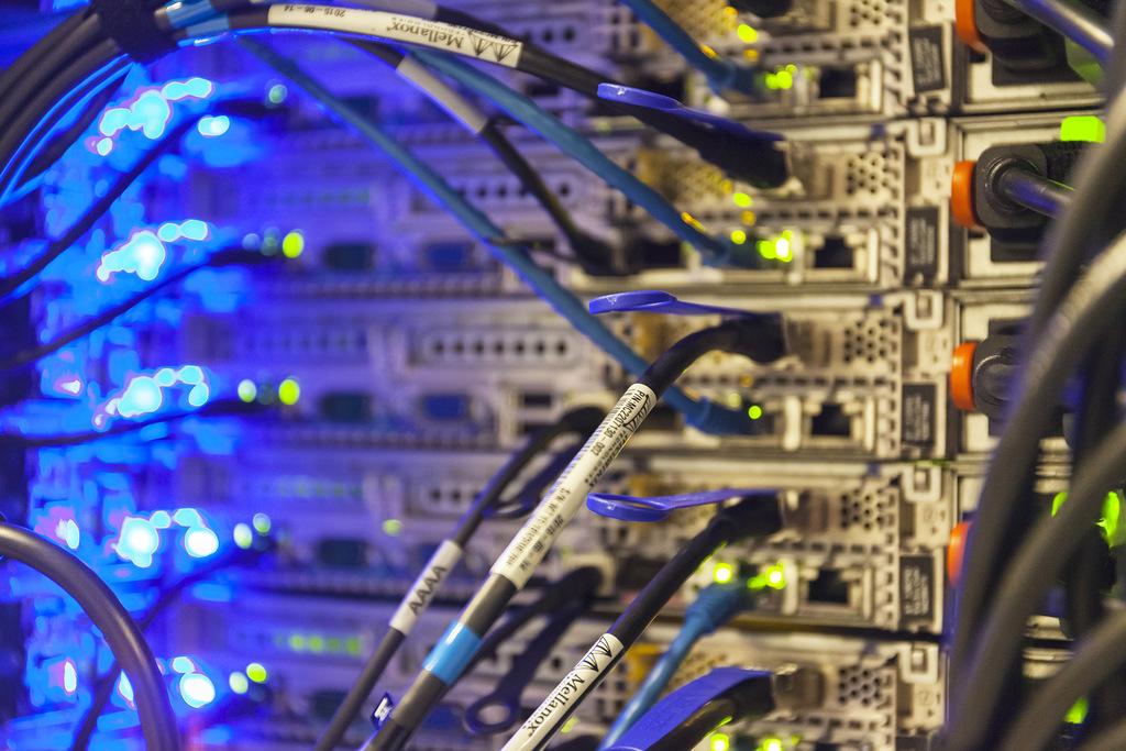 Visualisatie van online privacy, de achterzijde van een operationeel computer cluster in een datacenter