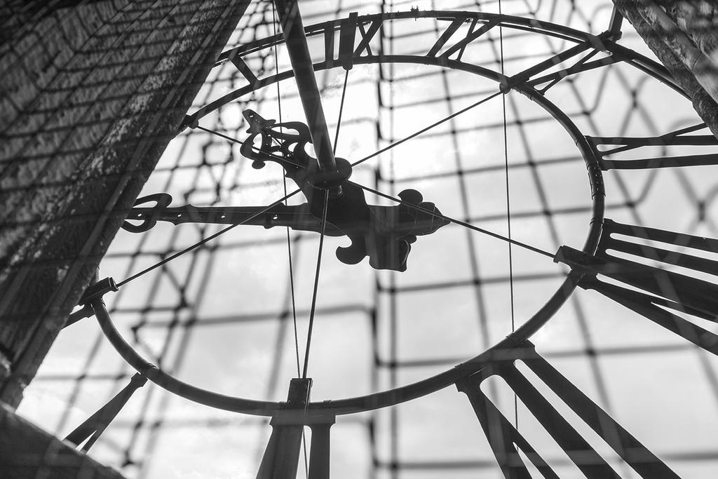 De achterzijde van het uurwerk boven in de Martinitoren